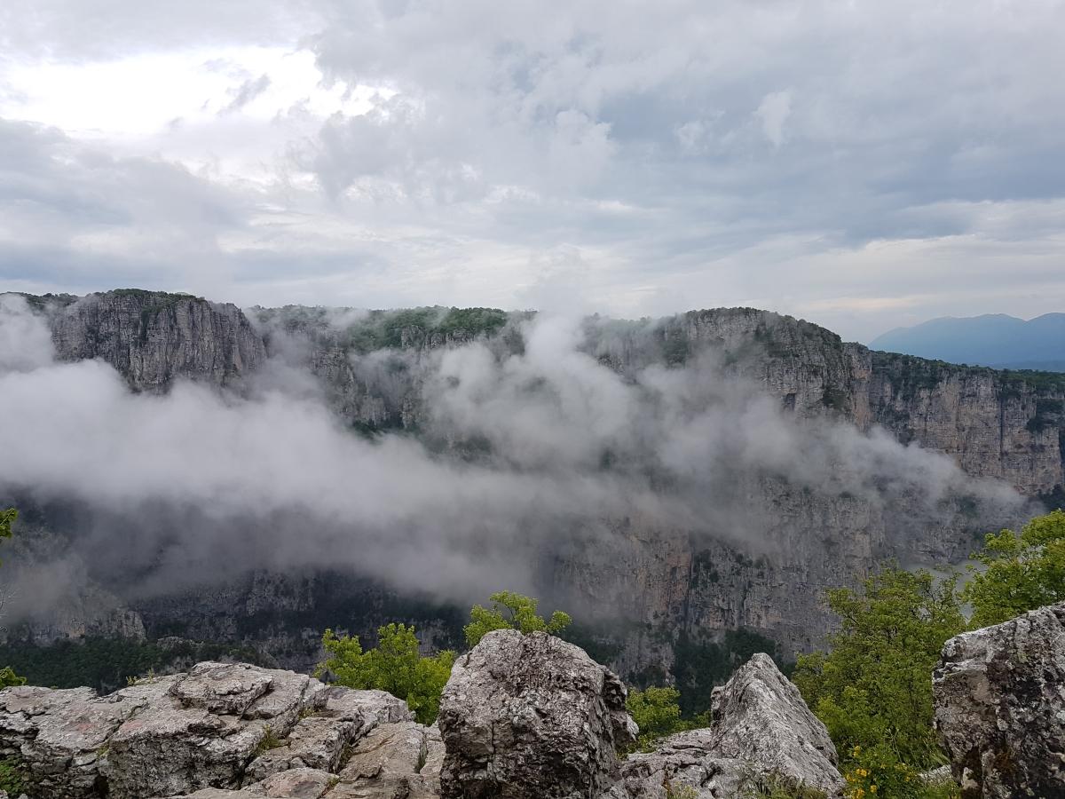 ערפל בוקר במצפה Vikos, יוון ההררית
